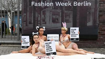 Kecam Wool, Aktivis PETA Buka Baju di Berlin Fashion Week