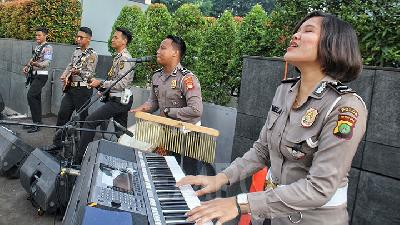 Aksi Band Polisi Hibur Warga di Car Free Day