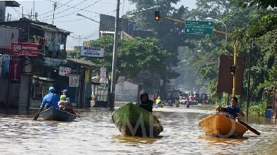 Bandung Flooding Shows No Signs of Receding