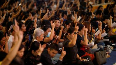 Thousands Honour Victims of Thailand Shooting
