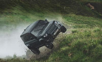 Land Rover Defender Terbang di Film James Bond No Time To Die