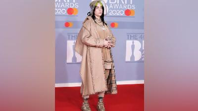 Billie Eilish Tampil Serba Burberry dari Topi, Sneaker sampai Kuku di Brit Awards 2020