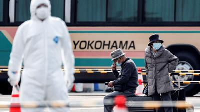 Passengers Disembark from Coronavirus-Hit Cruise Ship in Japan