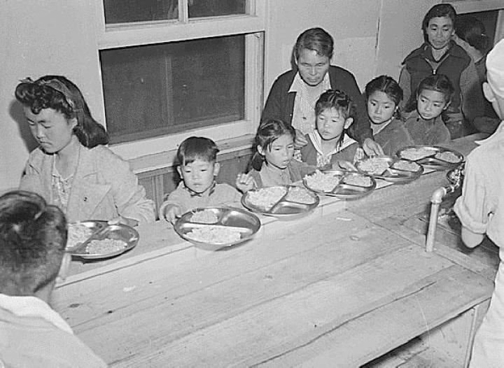 Para interniran warga Jepang-Amerika makan di aula makan, 6 April 1942, di kamp Santa Anita Assembly Center, California.[National Archives and Records Administration/densho.org]