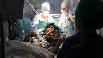 Violinist plays Mahler, Gershwin as Surgeons Remove Brain Tumour
