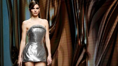 Model Ternama Ramaikan Catwalk Versace di Milan Fashion Week