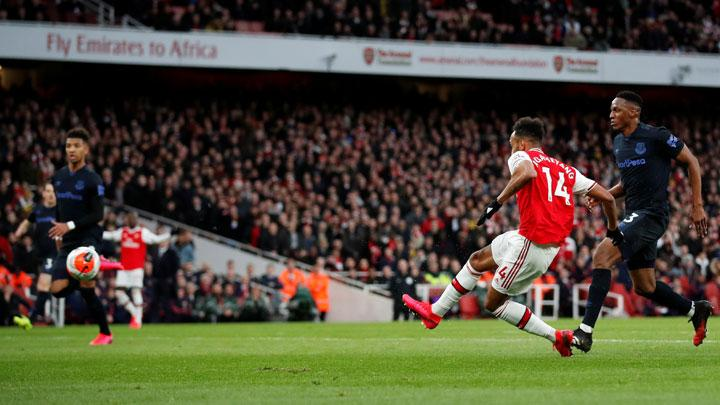 Penyerang Arsenal Pierre-Emerick Aubameyang, mencetak gol ke gawang Everton dalam pertandingan Liga Inggris di Stadion Emirates, London, 24 Februari 2020. Action Images via Reuters/Peter Cziborra