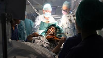 Images of Patient Plays Violin during Brain Surgery