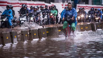 Flood Caused by Torrential Rain Dangers Jakarta, Surrounding City