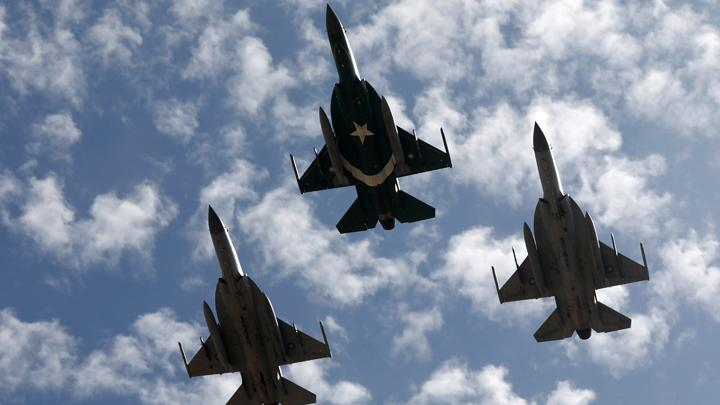 Operation Swift Retort, AU Pakistan Pamer Jet Tempurnya