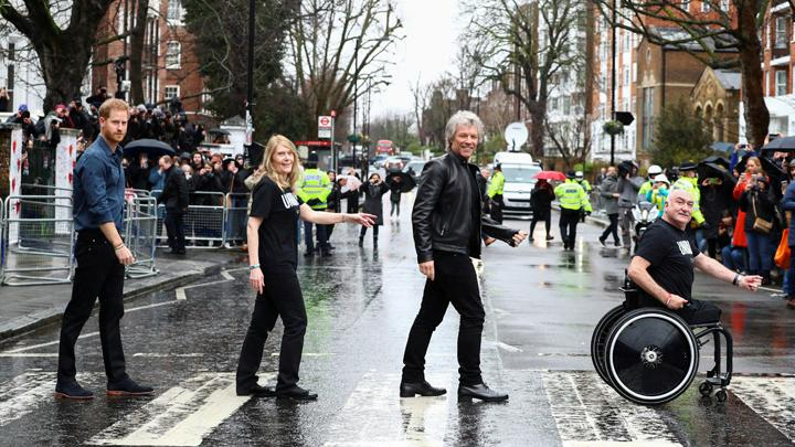 Gaya Pangeran Harry dan Jon Bon Jovi di Abbey Road Cross