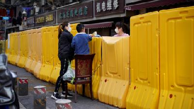 Wuhan Residents Shop across Barriers as Lockdown Eases