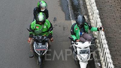 First Week of PSBB: 1,034 Online Ojek Drivers Violate Gathering Rule