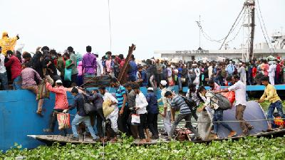 Thousands Migrant Scramble to Return Home for Eid in Bangladesh