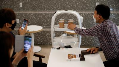 Robots Bolster Social Distancing at South Korean Cafe