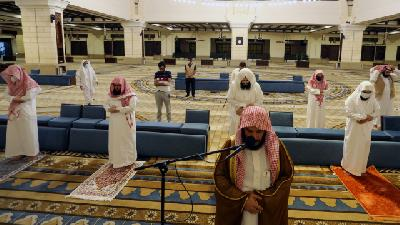 Saudi Arabia Reopens Mosques with Strict Regulations