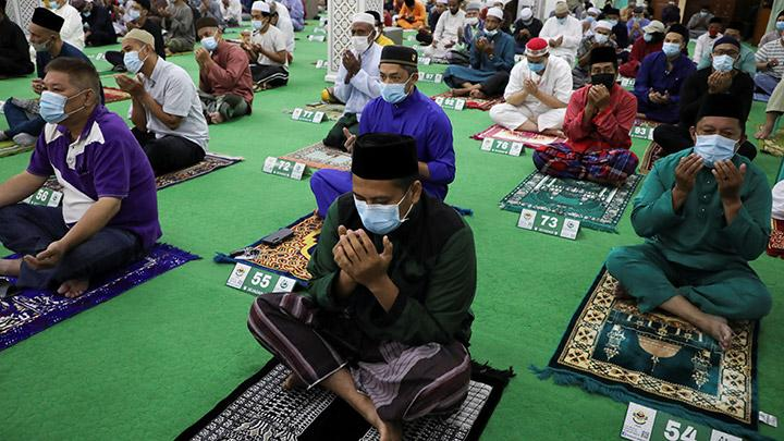 Muslims wearing protective face masks offer Eid al-Adha prayers at a mosque, amid the coronavirus disease (COVID-19) outbreak in Kuala Lumpur, Malaysia July 31, 2020. REUTERS/ Lim Huey Teng