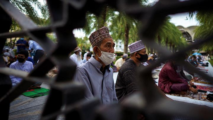 Thai Muslims offer Eid al-Adha prayers at the Thai Islamic Center amid the spread of the coronavirus disease (COVID-19) in Bangkok, Thailand, July 31, 2020. REUTERS/Athit Perawongmetha