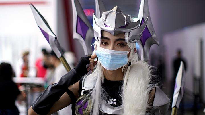 Seorang cosplayer yang mengenakan masker berpose di tengah acara China Digital Entertainment Expo and Conference (ChinaJoy) di Shanghai, di Tiongkok, Cina, 31 Juli 2020. REUTERS/Aly Song