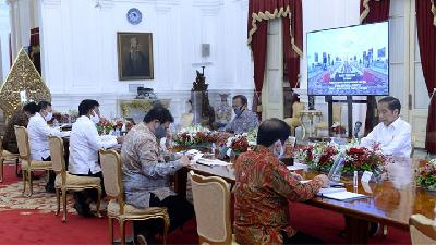 Glass Shields Set Up on Jokowi's Oval Table as COVID-19 Protection