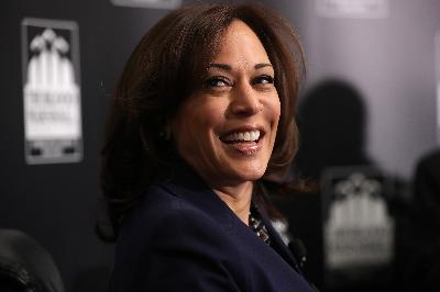 Fashion Khas Kamala Harris, Sneakers dan Blazer