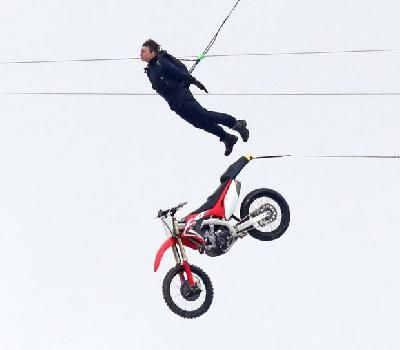Aksi Mission Impossible, Tom Cruise Terbang dengan Motor Trail