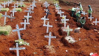 Indonesian Gravediggers Under Strain as COVID-19 Burials Surge in Jakarta