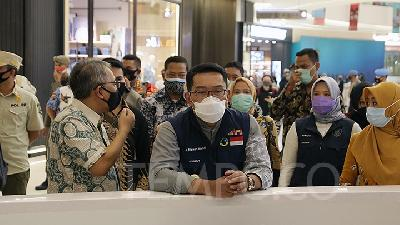 Ridwan Kamil Holds Random COVID-19 Rapid Tests for Tourists