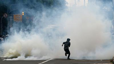 Indonesia Police Fires Tear Gas at New Labour Law Protesters in Jakarta