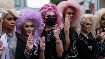 Photos : Drag Queens Join Protest Demanding Resignation of Thai PM