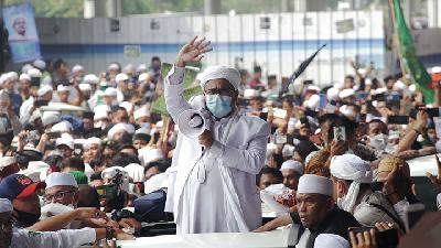 Supporters Throng Airport to Welcome Back FPI Leader Rizieq Shihab