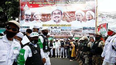 Thousand of Supporters Welcome FPI Leader Rizieq Shihab