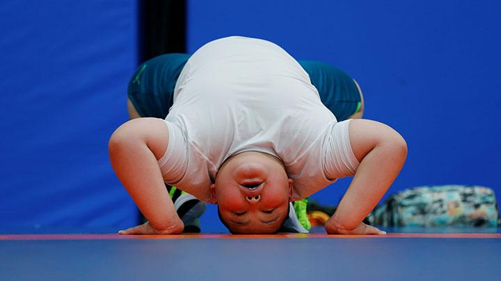 Kyuta Kumagai, 10, stretches during a training session at Buddy acL klub gulat Ariake, di Tokyo, Jepang, 22 Agustus 2020. REUTERS/Kim Kyung-Hoon