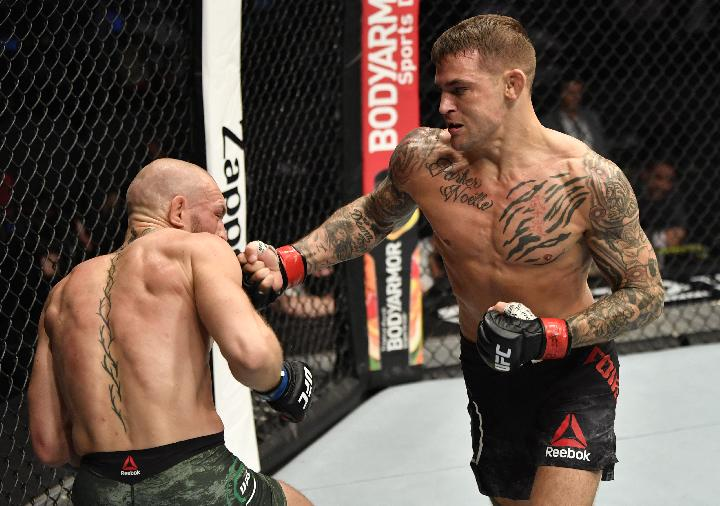 Dustin Poirier memukul Conor McGregor dalam duel UFC 257 di Etihad Arena Ahad, 24 Januari 2021. (Reuters/Jeff Bottari/Handout Photo via USA TODAY Sports)
