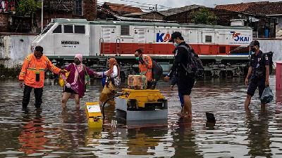 Java Floods; 15 Long-Distance Train Trips from Jakarta Canceled