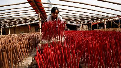 Incence Factory Busy Ahead of Chinese Lunar New Year