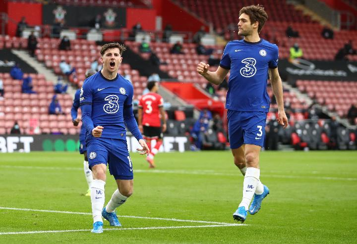 Pemain Cheslea, Mason Mount, berselebrasi bersama Marcos Alonso. REUTERS/Michael Steele
