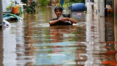 Rainy Season Floods Hit Greater Jakarta, Displacing Thousands