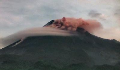 Mount Merapi Releases Searing Clouds Southward Up to 1.5 Kilometers