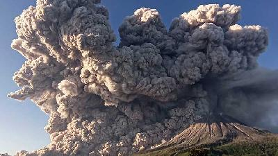 Mount Sinabung Erupts Twice, Hot Clouds Spread Over 3,000 M