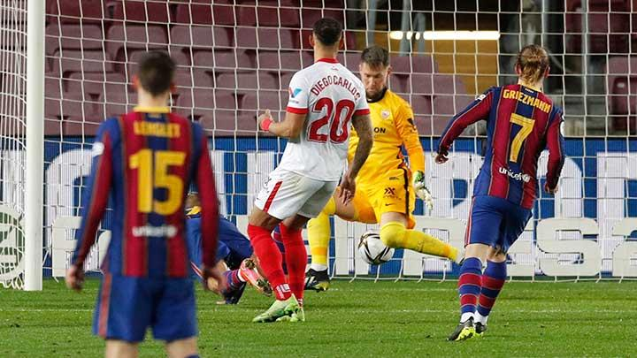 Barcelona's Martin Braithwaite scores their third goal during the match Copa del Rey Semi Final Second Leg between Barcelona vs Sevilla at Camp Nou, Barcelona, March 3, 2021. REUTERS/Albert Gea