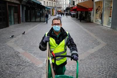 Paris Street Sweeper Becomes TikTok Celebrity