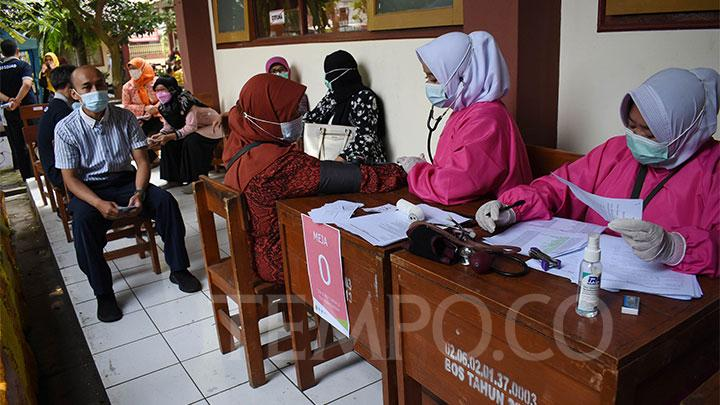 Health officers are seen checking the health condition of teachers before being injected with the Covid-19 Bio Farma vaccine at SDN 023 Pajagalan, Bandung, Wednesday, April 14, 2021. TEMPO / Prima Mulia