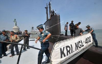 Search for Missing TNI Submarine Reveals Oil Spill