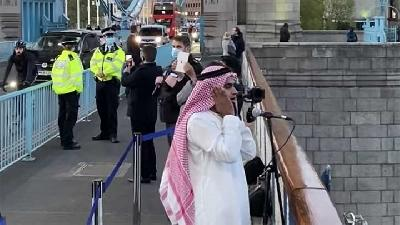 Viral, Pria Ini Kumandangkan Azan di Tower London Bridge