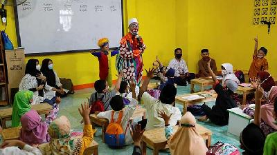Indonesian Dresses as Clown To Teach Children Koran at Orphanages