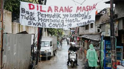 Banners Rejecting Eid Travelers Without Covid-19-Free Letter Rampant in Jakarta